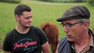 Depuis plusieurs mois, Dominique Déom, 57 ans, et Tanguy Dando, 20 ans, ne se quittent plus. Ensemble, ils prennent soin des vaches Salers, dans une exploitation biologique au cœur de l'Ariège. (CAPTURE ECRAN FRANCE 2)