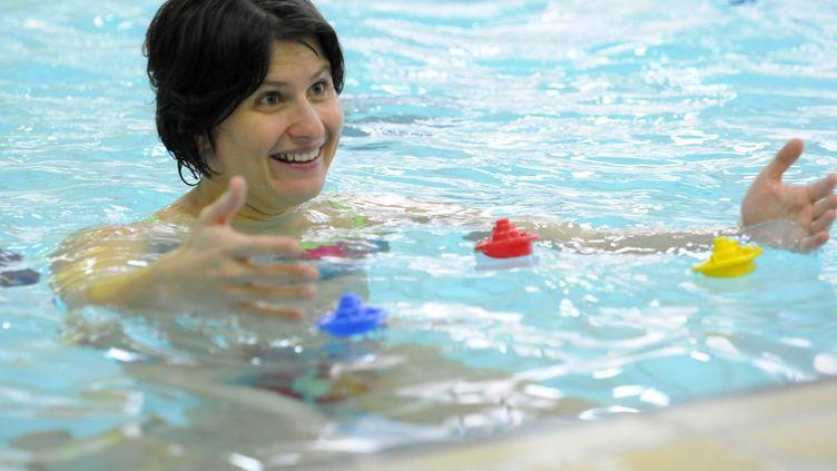 Roxana Maracineanulors du lancement par la Fédération française de natation de l'activité éveil aquatique pour les bébés nageurs à la piscine de la Grange-aux-Belles, àParis, le 17 novembre 2010. (GHNASSIA ANTHONY / SIPA)