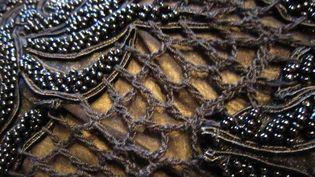Détail du travail qui se veut un jeu entre maille et perles sur une robe  (Corinne Jeammet)