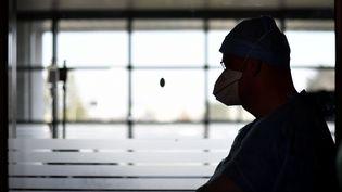 Un médecin surveille un patient atteint de coronavirus en réanimation (illustration). (ALEXANDRE MARCHI / MAXPPP)