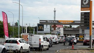 Des automobilistes patientent pour pouvoir se servir de l'essence dans une station-service à Angers (Maine-et-Loire), le 21 mai 2016. (JOSSELIN CLAIR / MAXPPP)