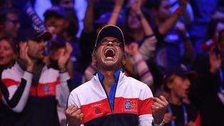 NOVEMBRE. Le capitaine de l'équipe de France, Yannick Noah, savoure la victoire de ses joueurs en Coupe Davis, le 26 novembre 2017 à Villeneuve-d'Ascq (Nord). (PHILIPPE HUGUEN / AFP)