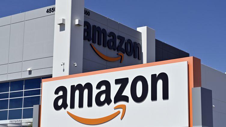 Le logo d'Amazon surmontant un centre de distribution de la marque au nord de Las Vegas (Nevada, Etats-Unis), le 25 avril 2020. (DAVID BECKER / AFP)
