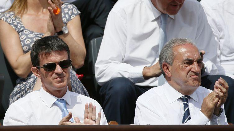 Le Premier ministre manuel Valls et le président d la FFT Jean Gachassin, le 7 juin 2015 dans les tribunes de Roland-Garros à Paris. (PATRICK KOVARIK / AFP)
