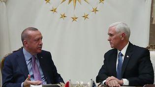Le président turc Recep Tayyip Erdogan et le vice-président américain, Mike Pence, lors d'un sommet sur la Syrie, le 17 octobre 2019, à Ankara (Turquie). (HANDOUT TURKISH PRESIDENTIAL PRESS SERVICE  / AFP)