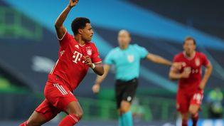 Le MunichoisSerge Gnabry célèbre son but face à l'Olympique lyonnais, en demi-finale de la Ligue des champions à Lisbonne, le 19 août 2020. (MIGUEL A. LOPES / POOL / AFP)