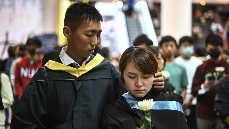 Des étudiants de l'Université des sciences et des technologies de Hong Kong, lors de la veillée en hommage à Alex Chow, le 8 novembre 2019. (PHILIP FONG / AFP)