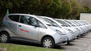 Des voitures électriques Autolib' à Trappes (Yvelines), le 19 mars 2013. ( MAXPPP)