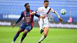 Le ClermontoisCédric Hountondji au duel avec le Caennais Alexandre Mendy lors de la 38e journée de Ligue 2, le 15 mai 2021. (STEPHANE GEUFROI / MAXPPP)