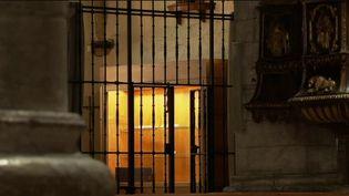Dans la nuit de dimanche 3 novembre, la cathédrale d'Oloron-Sainte-Marie (Pyrénées-Atlantiques) a été pillée par des malfaiteurs. Le butin de grande valeur était pourtant protégé par une grille et une alarme. (france 2)