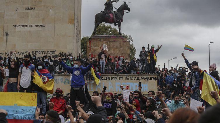 Une manifestation contre le gouvernement à Bogota (Colombie), le 5 mai 2021. (IVAN VALENCIA / AP)