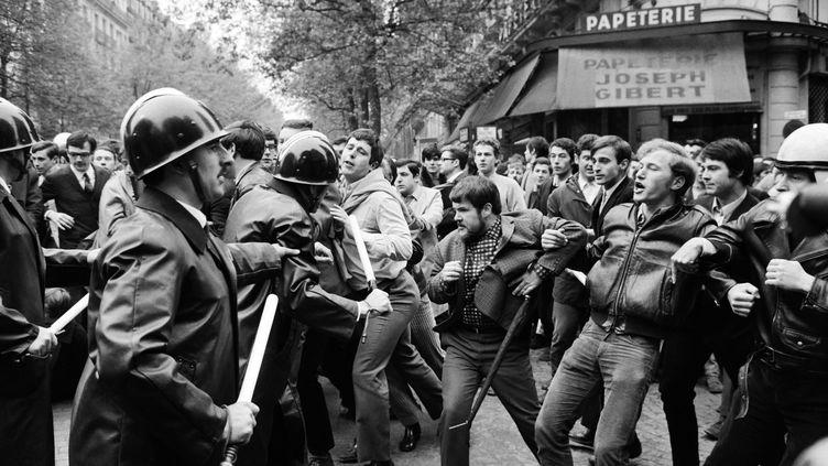 Echauffourées entre les forces de l'ordre et des étudiants sur le boulevard Saint-Michel à Paris, le 6 mai 1968. (JACQUES MARIE / AFP)