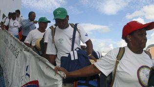 Ile de peros banos (le bain des chiens), archipel des Chagos, le 10 avril 2006. Des habitants de l'île Diego Garcia évacués débarquent sur une autre île. (ALI SOOBYE / AFP)