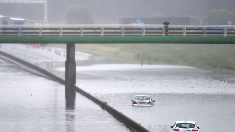 Des voitures bloquées par les inondations sur l'autoroute A10 à Saran, dans le Loiret, mardi 31 mai 2016. (GUILLAUME SOUVANT / AFP)