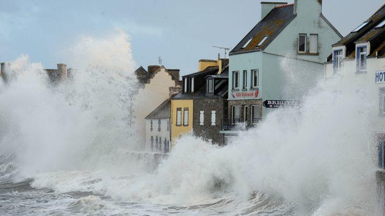 Des vagues de plus de 12 m se sont abattues sur l'île de Sein (Finistère), le 1er février 2014. (  MAXPPP)