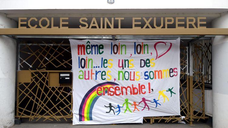 Un message de soutien accroché à l'entrée d'une école toulousaine, fermée pour cause de coronavirus (illustration). (DDM NATHALIE SAINT - AFFRE / MAXPPP)