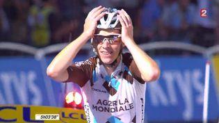 Le coureur français Romain Bardet franchit la ligne d'arrivée de la 18e étape du Tour de France 2015, à Saint-Jean-de-Maurienne, le 23 juillet 2015. ( FRANCE 2)
