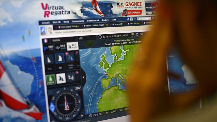 """Une internaute joue à """"Virtual Regatta"""", la version en ligne du Vendée Globe, le 19 octobre 2016. (LOIC VENANCE / AFP)"""