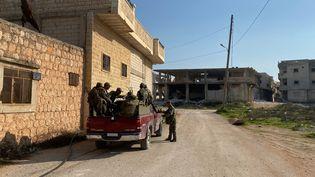 Des soldats syriens assis dans une voiture stationnée dans la ville de Saraqeb (Syrie), en 2020. (MIKHAIL ALAEDDIN / SPOUTNIK / VIA AFP)