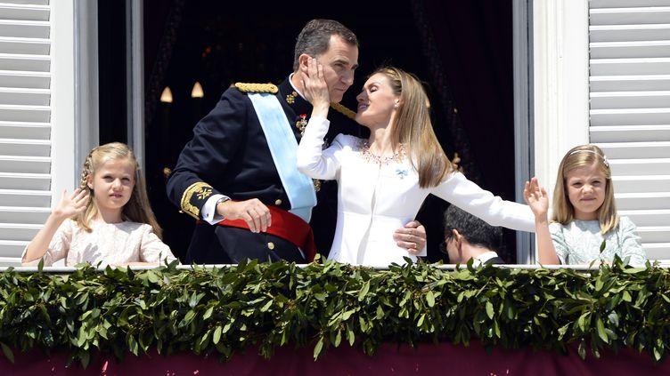 Le Roi Felipe VI d'Espagne, la reineLetiziaet leurs deux filles au balcon du Palacio de Oriente de Madrid, le 19 juin2014 (GERARD JULIEN / AFP)