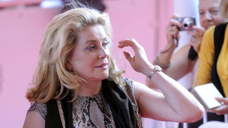 """Dans une tribune publiée dans """"Libération"""", Catherine Deneuve soutient Gérard Depardieu et exprime sa """"colère née des jugements à l'emporte-pièce"""". (RAFA RIVAS / AFP)"""