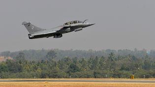 Un avion Rafale s'envole de la base de Bangalore, en Inde, le 18 février 2015. (MANJUNATH KIRAN / AFP)