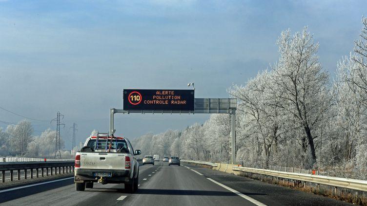 La vitesse est réduite sur une autoroute près de la vallée de l'Arve à cause d'un pic de pollution, le 9 décembre 2016. (GR?GORY YETCHMENIZA / MAXPPP)