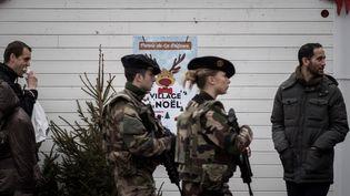 Des soldats français patrouillent à La Défense, mercredi 22 décembre 2016. (PHILIPPE LOPEZ / AFP)