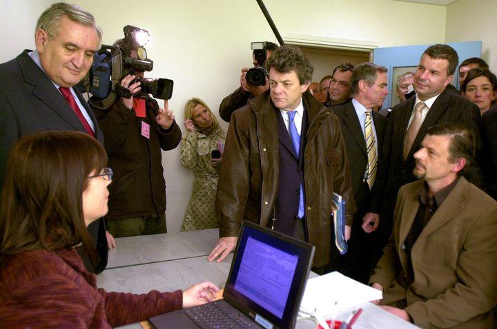 Le Premier ministre Jean-Pierre Raffarin (G) et le ministre de la Cohésion sociale Jean-Louis Borloo (C)visitent la Maison pour l'emploi, le 15 avril 2005 à Bonneville (Haute-Savoie). (JEAN-PIERRE CLATOT / AFP)