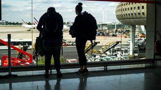 Des voyageurs à l'aéroport de Roissy. (MAXPPP)