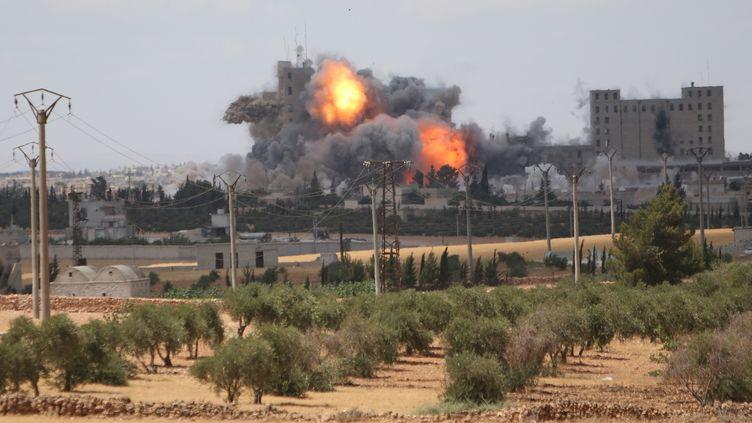 Explosion due à un raid mené, selon lesForces démocratiques syriennes,par la coalitionformée par les Etats-Unis à Manbij, en Syrie, le 16 juin 2016. (RODI SAID / REUTERS)