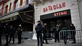 Des policiers assurent la sécurité du Bataclan, samedi 12 novembre 2016 à Paris, avant le concert de Sting, qui marque la réouverture de la salle. (PHILIPPE LOPEZ / AFP)