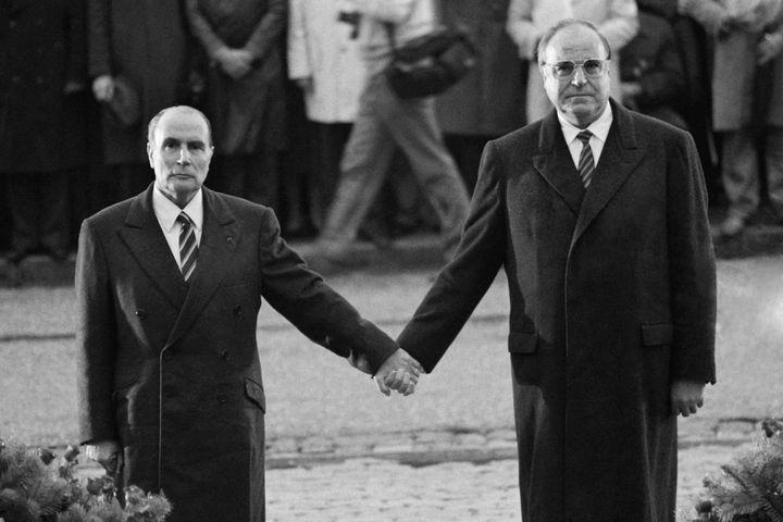 François Mitterrand tenant la main du Chancelier allemand Helmut Kohl au fort de Douaumont (Meuse), le 22 septembre 1984. (MARCEL MOCHET / AFP)