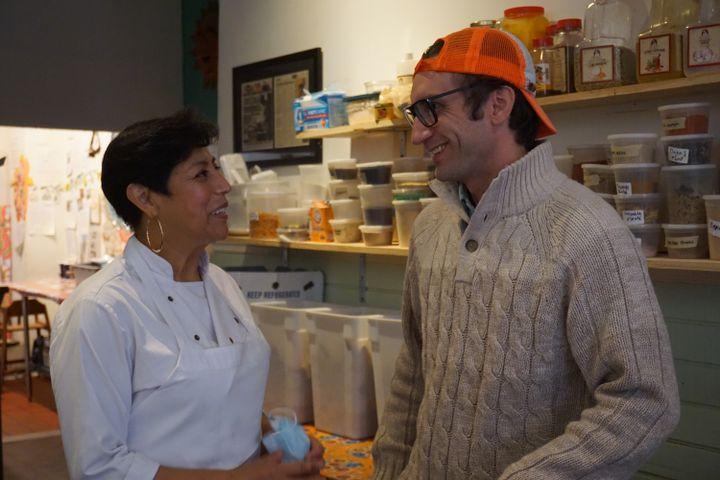 Cristina Martinez et son mari, Benjamin Miller, dans la cuisine de leur restaurant El Compadre, à Philadelphie (Pennsylvanie), le 22 octobre 2020. (MARIE-VIOLETTE BERNARD / FRANCEINFO)