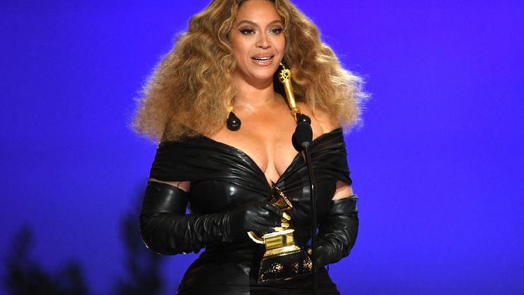 """Beyoncé reçoit le prix de lameilleure performance R&B pour son titre """"Black Parade"""" lors des Grammy Awards, le 14 mars 2021, à Los Angeles (Etats-Unis, Californie). (KEVIN WINTER / GETTY IMAGES NORTH AMERICA / AFP)"""