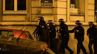 Des policiers aux abords de l'avenue des Champs-Elysées, à Paris, le 20 avril 2017. (FRANCK FIFE / AFP)