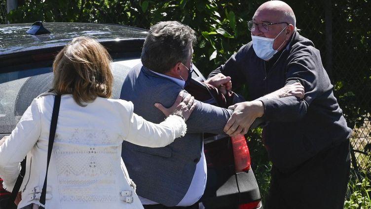 La tête de liste RNen Alsace,Christian Zimmermann (à droite), aux prises avec Jacques Cattin (au centre), député LR et candidat aux régionales dans le Grand-Est, le 29 mai 2021 à Colmar (Haut-Rhin). (SEBASTIEN BOZON / AFP)
