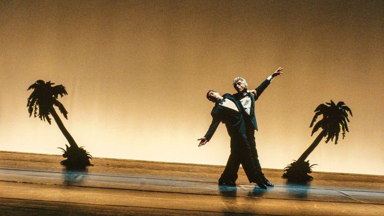 """Alain Chabat et Gérard Darmon dansent """"La Carioca"""" dans """"La Cité de la peur"""", diffusée en 1994. (RICHARD WRIGHT / AFP)"""