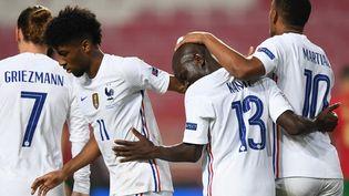 N'Golo Kante (au centre) après son but lors de Portugal - France le 14 novembre 2020 à Lisbonne en Ligue des nations. (PATRICIA DE MELO MOREIRA / AFP)