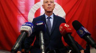 """Kaïs Saïed, professeur de droit, est parfois surnommé """"Robespierre"""". Certains sondages le donnent vainqueur au 2e tour de la présidentielle en Tunisie. (REUTERS - MUHAMMAD HAMED / X02365)"""