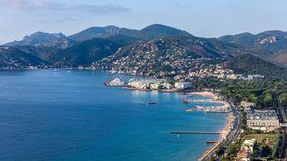 La plage de Mandelieu-la-Napoule (Alpes-Maritimes) a obtenu cette année le label Pavillon bleu. (ROBERT PALOMBA / ONLY FRANCE / AFP)