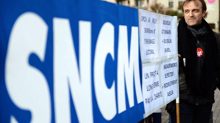 Des salariés de la SNCM en grève, le 2 janvier 2014 à Marseille (Bouches-du-Rhône). (ANNE-CHRISTINE POUJOULAT / AFP)