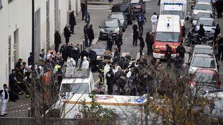 """L'intervention des secours et des forces de l'ordre devant les locaux de """"Charlie Hebdo"""", à Paris, après l'attentat commis par les frères Kouachi, le 7 janvier 2015. (MARTIN BUREAU / AFP)"""