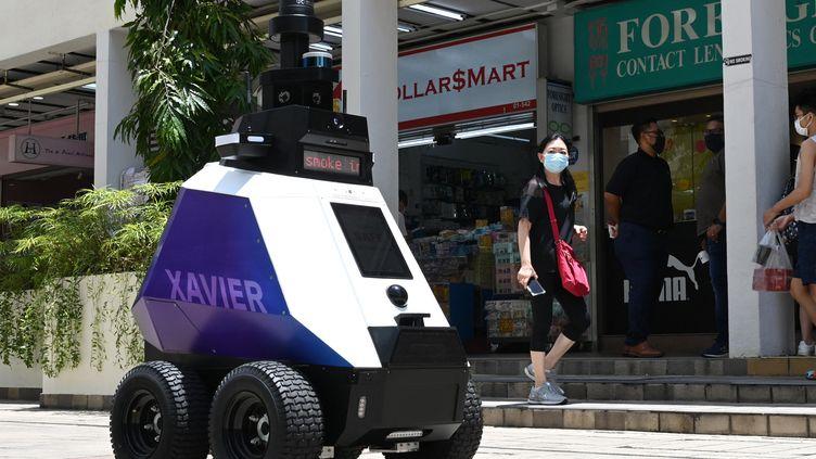 """Le robot autonomme nommé """"Xavier"""" patrouille dans un quartier commerçant de Singapour (6 septembre 2021). (ROSLAN RAHMAN / AFP)"""