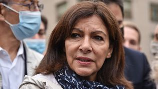 La maire PS de Paris, Anne Hidalgo, au parc Eole après l'expulsion des toxicomanes qui s'y trouvaient, le 30 juin 2021. (VIRGINIE SEILLER / HANS LUCAS / AFP)
