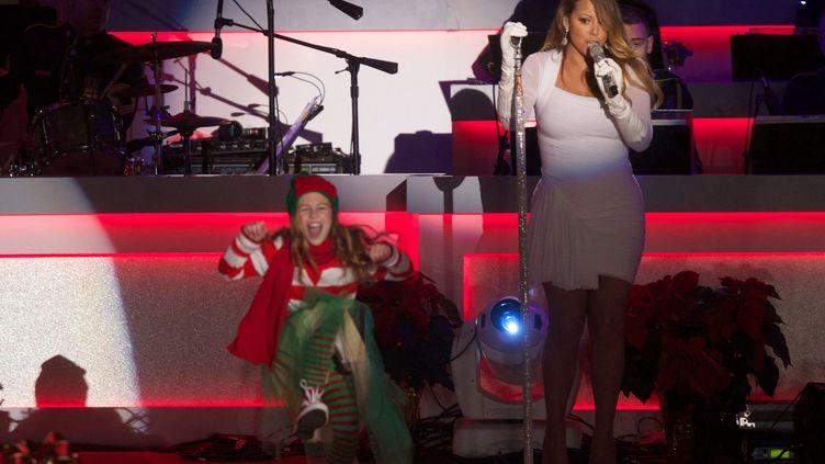 """""""All I Want For Christmas Is You""""ou l'inoxydable chanson de Noël de Mariah Carey, ici en concert le 6 décembre 2013, lors du National Christmas Tree Lighting à Washington, D.C. (MOLLY RILEY / UPI / MAXPPP)"""