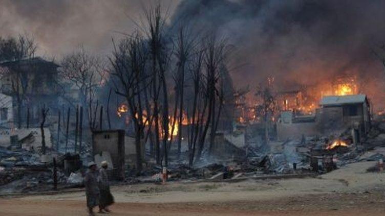 Meiktila, ville du centre de la Birmanie, en feu après des émeutes, le 21 mars 2013. Les troubles intercommunautaires entrebouddhistes et musulmanssecouent le pays depuis 2012. (Soe Than WIN / AFP)