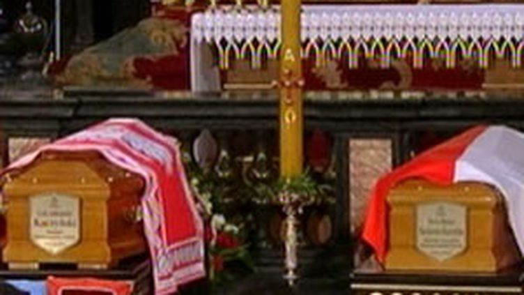 Les cercueils du couple présidentiel polonais Lech Aleksander et Maria Kaczynski (France 3)