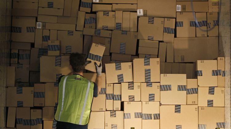 Un employé d'Amazon charge un camion de livraison, sur le site de distribution de Phoenix, dans l'Arizona, le 22 novembre 2013. (RALPH FRESO / REUTERS)