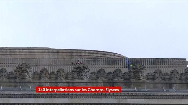"""VIDEO. """"Gilets jaunes"""" : des manifestants parviennent à monter au sommet de l'Arc de triomphe"""